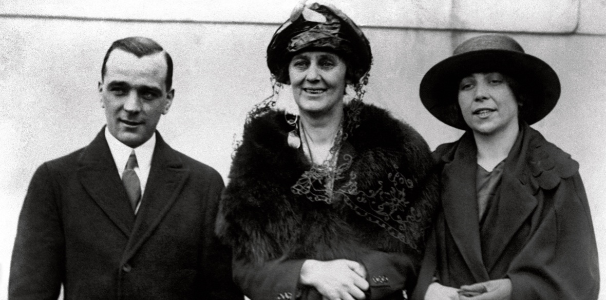 Constance Markiewicz (centre)
