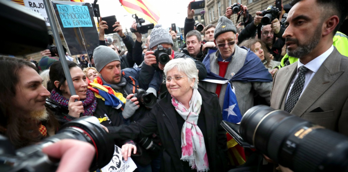 Former Catalan education minister Clara Ponsati (centre), who is facing extradition to Spain, greets supporters alongside her lawyer Aamer Anwar outside Edinburgh Sheriff Court after she was released on bail