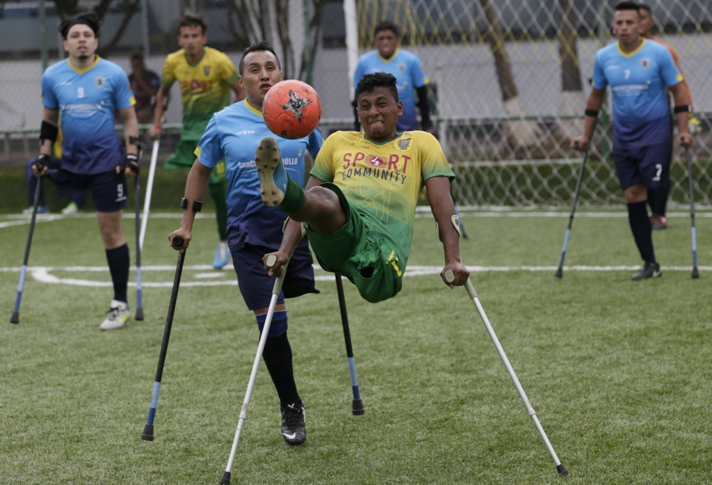 Rodrigo Ramirez (right) of El Empalme, controls the ball next to Wilson Tianga, of Android, during the competition's final